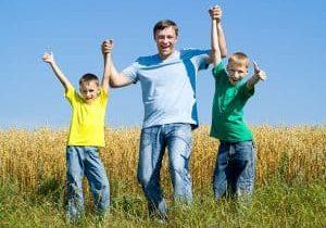 Children_and_dad_in_a_feild